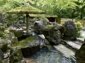房间外可供私人租用的温泉